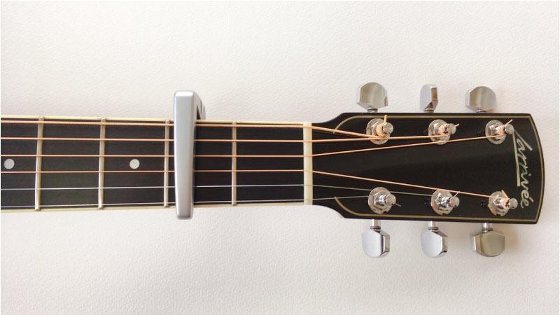 写真:ギターのネックにカポタストを付けている。capo2